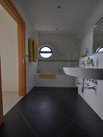 Room Oliveira bathroom